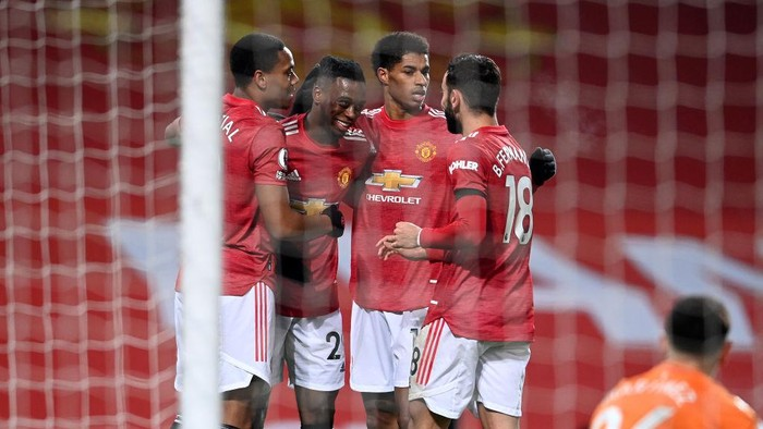 MANCHESTER, ENGLAND - JANUARY 01: (L-R) Anthony Martial of Manchester United celebrates with teammates Aaron Wan-Bissaka, Marcus Rashford and Bruno Fernandes after scoring their teams first goal during the Premier League match between Manchester United and Aston Villa at Old Trafford on January 01, 2021 in Manchester, England. The match will be played without fans, behind closed doors as a Covid-19 precaution. (Photo by Laurence Griffiths/Getty Images)