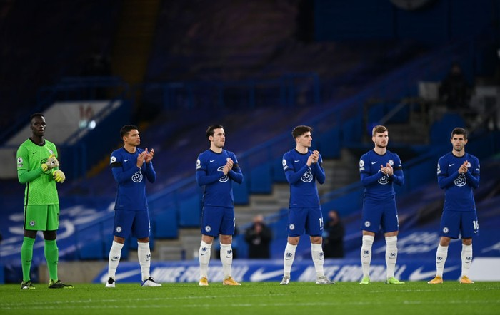 LONDON, ENGLAND - JANUARY 03: Chelsea Players take part in a minutes applause in memory of former footballer and manager, Tommy Docherty who recently passed away ahead of the Premier League match between Chelsea and Manchester City at Stamford Bridge on January 03, 2021 in London, England. The match will be played without fans, behind closed doors as a Covid-19 precaution. (Photo by Shaun Botterill/Getty Images)
