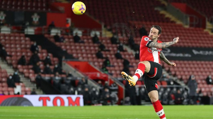 SOUTHAMPTON, ENGLAND - JANUARY 04: Danny Ings of Southampton scores their teams first goal during the Premier League match between Southampton and Liverpool at St Marys Stadium on January 04, 2021 in Southampton, England. The match will be played without fans, behind closed doors as a Covid-19 precaution. (Photo by Naomi Baker/Getty Images)