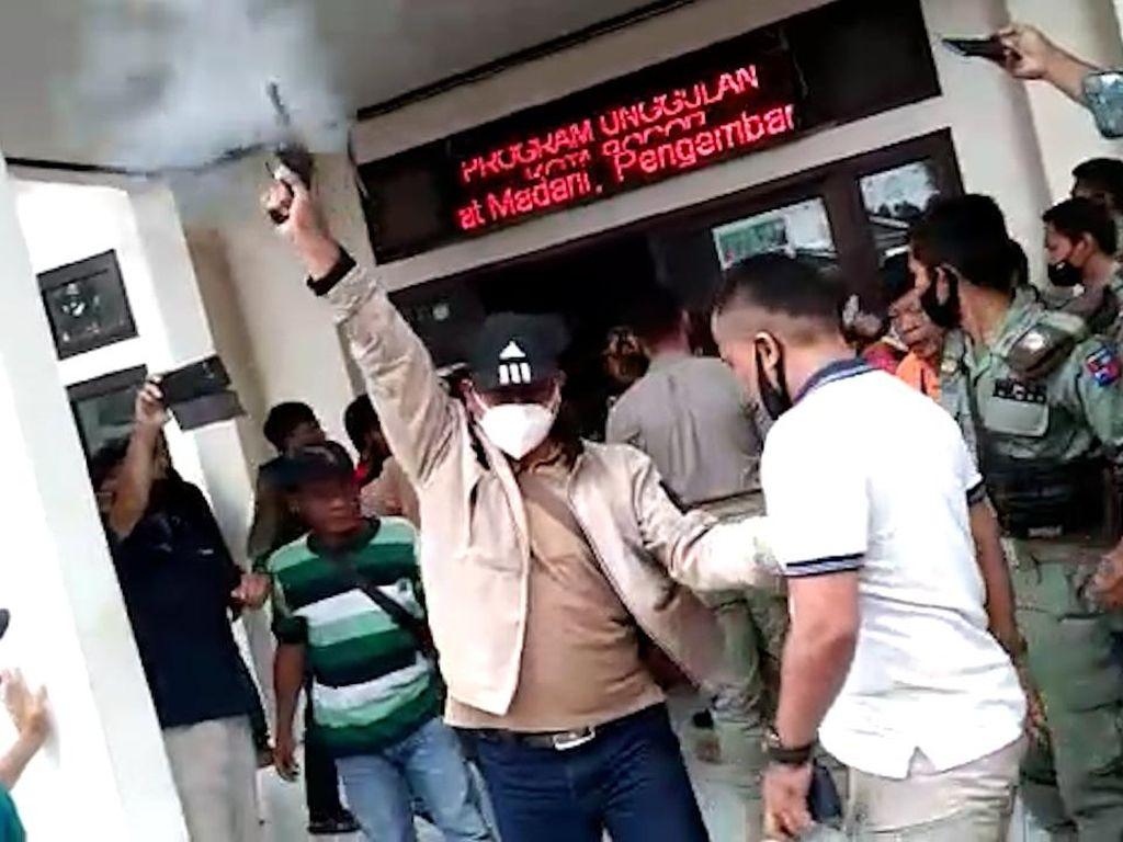 Dor! Tembakan Peringatan Bubarkan Warga Bogor yang Ricuh di Kelurahan