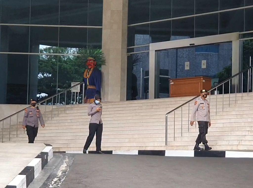 Hari ke-2 DPRD DKI Lockdown, Petugas Perketat Penjagaan