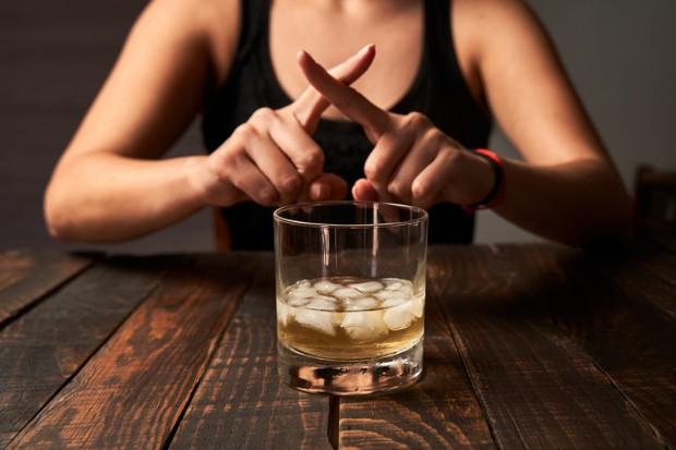 Bagi tubuh kita, alkohol adalah racun yang berarti saat kita menelannya tubuh akan bekerja untuk metabolisme alkohol sebelum sumber energi lain.