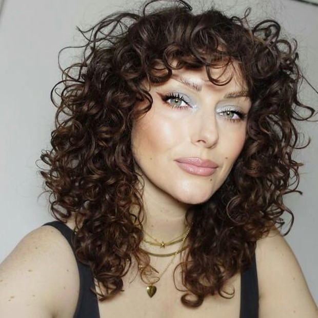 Jika punya rambut keriting juga tidak akan masalah, tampilan akan terkesan menyenangkan dan genit.