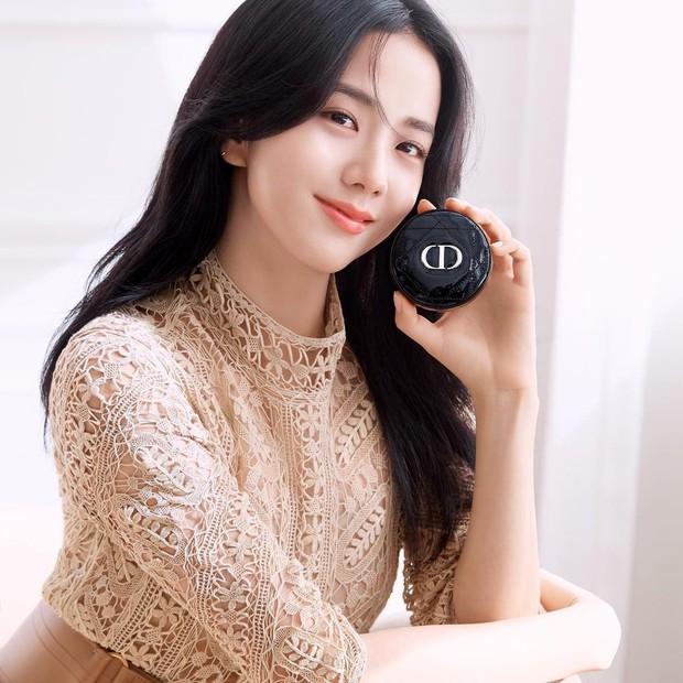 Berkat parasnya yang cantik dan anggun, Jisoo pun ditunjuk sebagai brand ambassador dari Dior Beauty Korea.