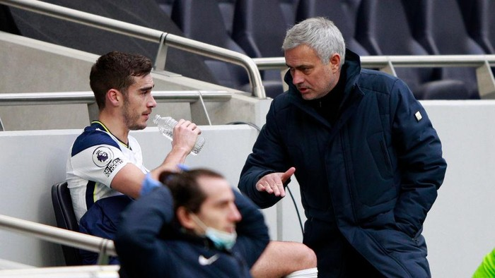 LONDON, ENGLAND - JANUARY 02: Jose Mourinho, Manager of Tottenham Hotspur talks with Harry Winks of Tottenham Hotspur after he is replaced during the Premier League match between Tottenham Hotspur and Leeds United at Tottenham Hotspur Stadium on January 02, 2021 in London, England. The match will be played without fans, behind closed doors as a Covid-19 precaution. (Photo by Ian Walton - Pool/Getty Images)