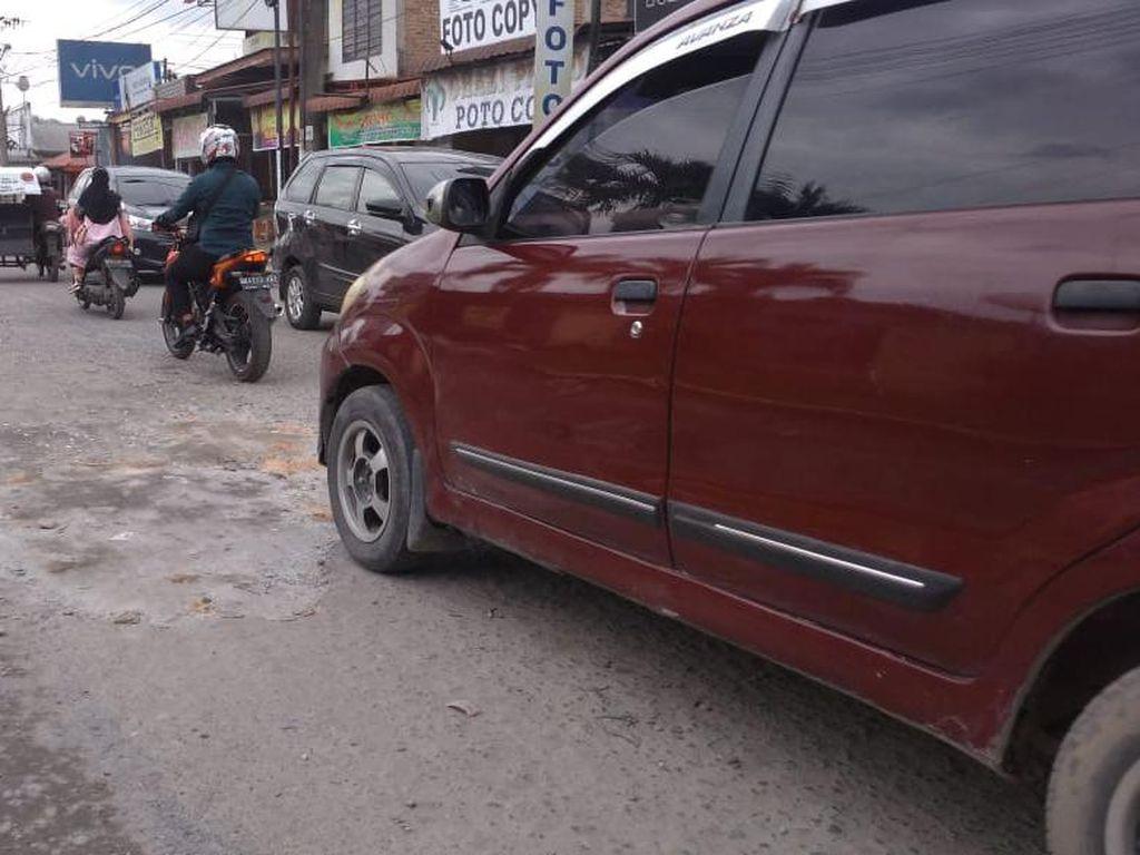 Warga Keluhkan Jalan Karya Jaya Medan Rusak, Minta Segera Diperbaiki