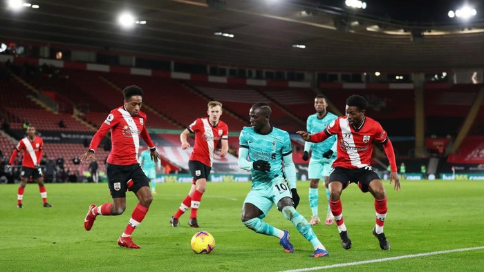 SOUTHAMPTON, ENGLAND - JANUARY 04: Sadio Mane of Liverpool is challenged by Kyle Walker-Peters and Nathan Tella of Southampton during the Premier League match between Southampton and Liverpool at St Marys Stadium on January 04, 2021 in Southampton, England. The match will be played without fans, behind closed doors as a Covid-19 precaution. (Photo by Naomi Baker/Getty Images)