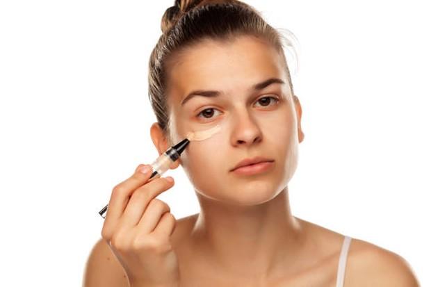 Menggunakan concealer pada sekitar mata dapat membuat mata terlihat lebih cerah / foto: istockphoto.com