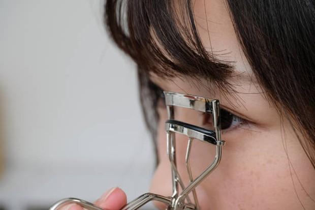 Menjepit bulu mata dapat membuat mata lebih terbuka dan hidup / foto: istockphoto.com