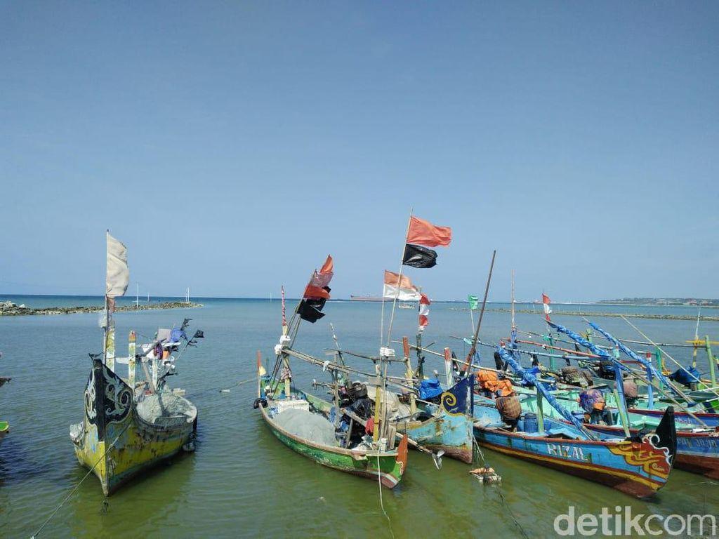 Demi Sesuap Nasi, Nelayan Lamongan Nekat Melaut Lawan Gelombang Tinggi