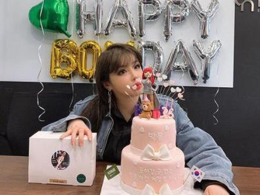 Park Bom Sukses Diet, Lihat Momennya Ngopi hingga Makan Cake