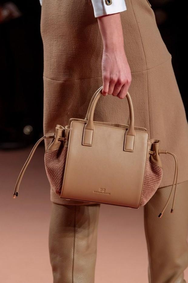 Trend hand bag satu ini akan memberikan tampilan elegan dan feminim.
