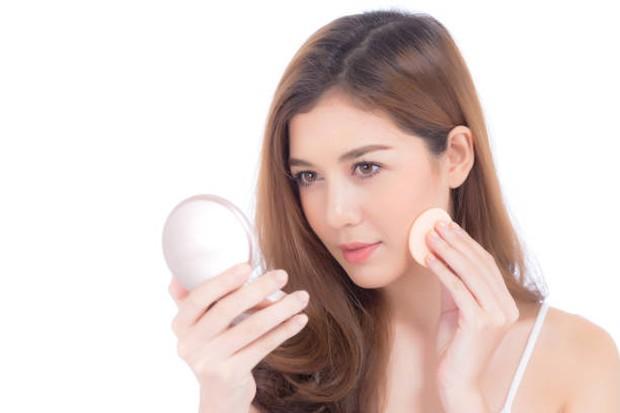 Produk complexion dapat meratakan warna kulit dan membuat wajah terlihat lebih cerah / foto: istockphoto.com