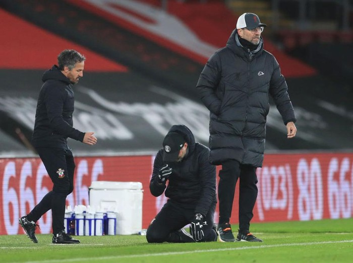 SOUTHAMPTON, ENGLAND - JANUARY 04: Ralph Hasenhuttl, Manager of Southampton celebrates victory with his assistant manager Richard Kitzbichler as Jurgen Klopp, Manager of Liverpool reacts after the Premier League match between Southampton and Liverpool at St Marys Stadium on January 04, 2021 in Southampton, England. The match will be played without fans, behind closed doors as a Covid-19 precaution. (Photo by Adam Davy - Pool/Getty Images)