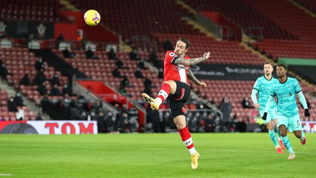 SOUTHAMPTON, ENGLAND - JANUARY 04: Danny Ings of Southampton scores their team's first goal during the Premier League match between Southampton and Liverpool at St Mary's Stadium on January 04, 2021 in Southampton, England. The match will be played without fans, behind closed doors as a Covid-19 precaution. (Photo by Naomi Baker/Getty Images)