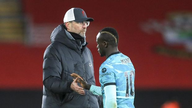 Liverpool's manager Jurgen Klopp, left, gestures to Liverpool's Sadio Mane following the English Premier League soccer match between Southampton and Liverpool at St Mary's Stadium, Southampton, England, Monday, Jan. 4, 2021. (AP Photo/Adam Davy,Pool)