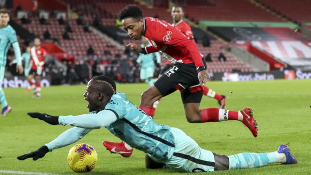 Liverpool's Sadio Mane reacts as he falls after a collision with Southampton's Kyle Walker-Peters during the English Premier League soccer match between Southampton and Liverpool at St Mary's Stadium, Southampton, England, Monday, Jan. 4, 2021. (AP Photo/Noami Baker,Pool)