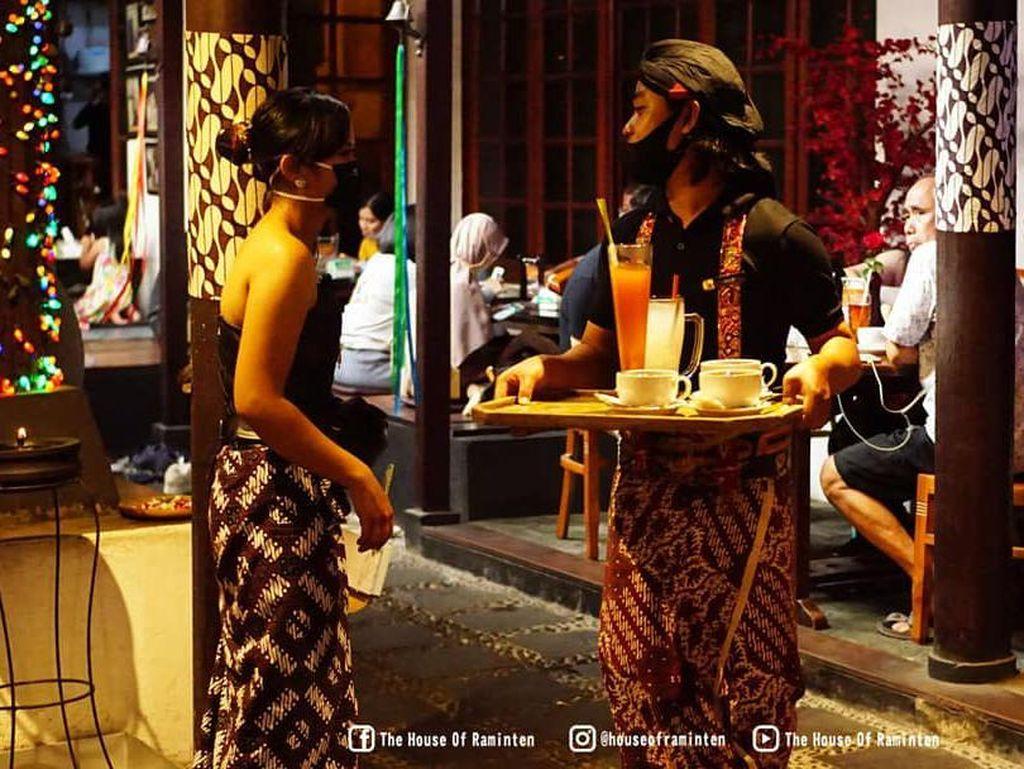 Totalitas! Pelayan Restoran di Yogyakarta Ini Berpakaian Adat Jawa