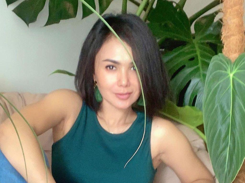 Yuni Shara Foto Bareng Tanaman Hias, Netizen Salfok Wajah Awet Mudanya