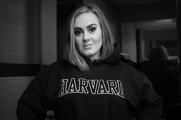 Ketika Adele naik ke panggung untuk menerima penghargaan Album of the Year di Grammy Awards 2017, dia merasa kurang senang.