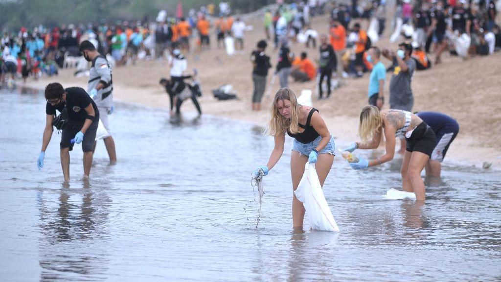 Keren, Ratusan Orang Ramai-ramai Bersihkan Pantai Kuta