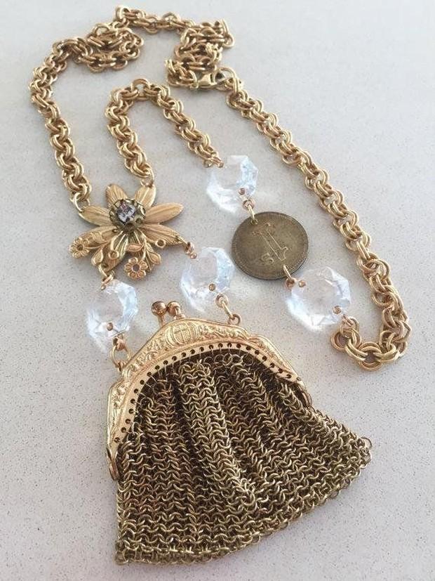Ditahun ini kamu akan menemukan dompet mini yang lebih kecil dari yang kamu bayangkan, yap itu adalah sebuah kalung!