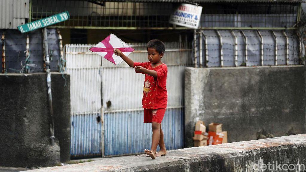 Bahaya! Anak-anak Bermain Layangan di Atas Turap Kali Cideng