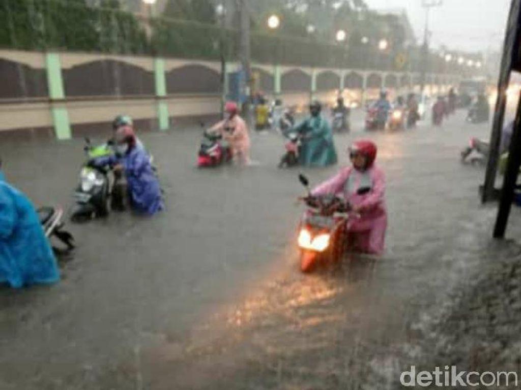 Diguyur Hujan 5 Jam, Jalanan di Kota Kediri Bak Lautan