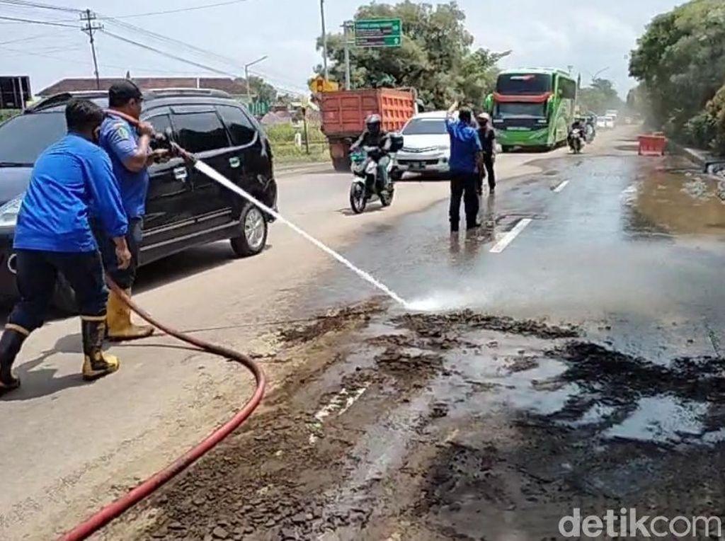 Lumpur Akibat Banjir Lumuri Jalan Pantura Sepanjang 100 Meter