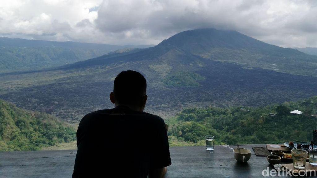 Betahnya Berjam-jam Ngopi Sambil Menatap Gunung Batur