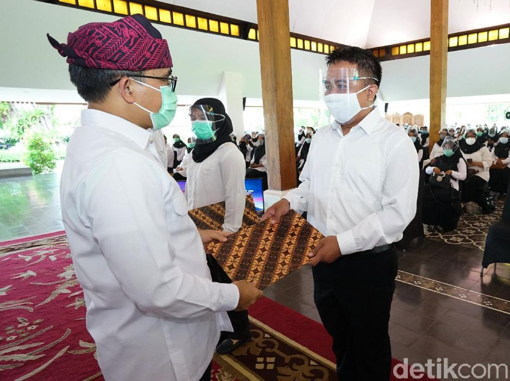 Serahkan SK CPNS Baru, Bupati Anas Ingatkan Budaya Inovasi