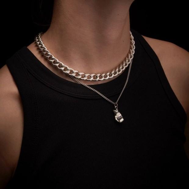 Chunky chain memang semakin populer selama beberapa tahun terakhir ini, beberapa brand mewah pun mengenakan perhiasan ini