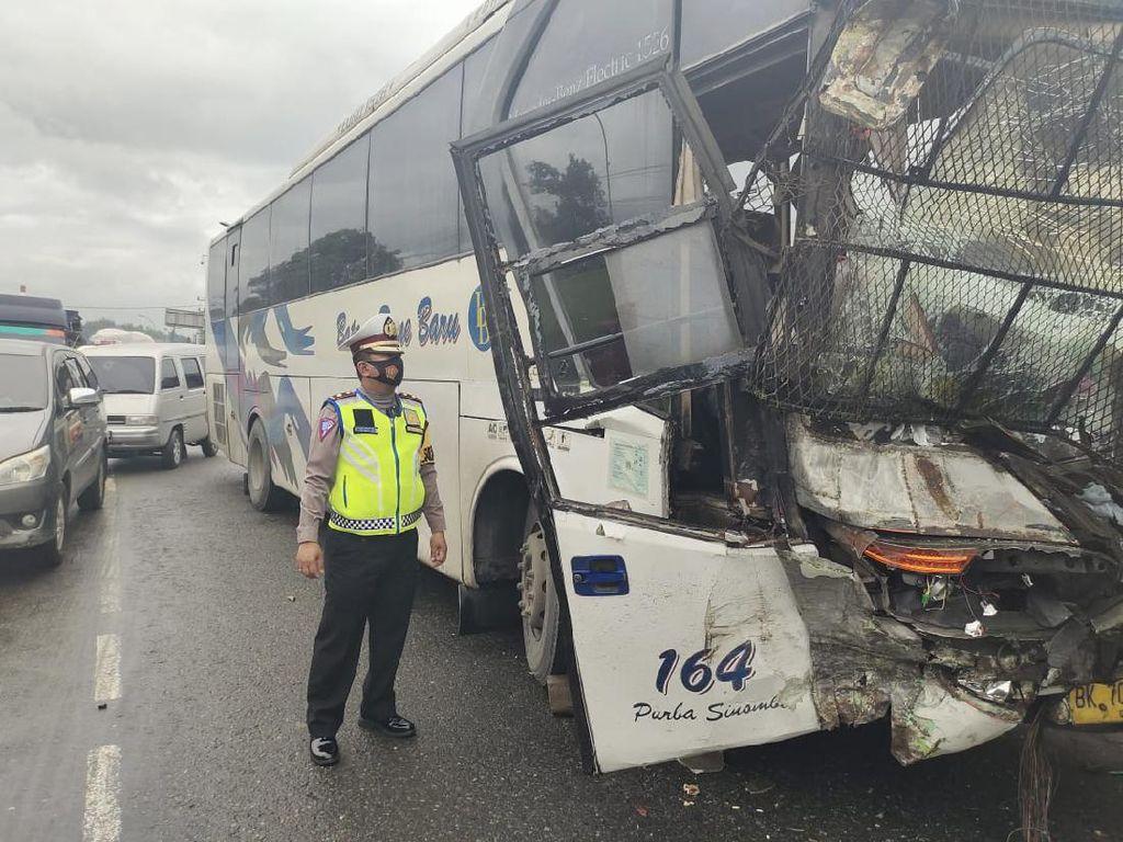 Ada Kecelakaan Bus Vs Truk, Jalan Lintas Medan-Tebing Tinggi Macet