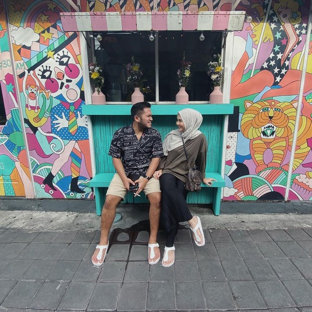 Kesha dan Adhi jalan berdua dan duduk di bangku/instagram.com/adhipermana_
