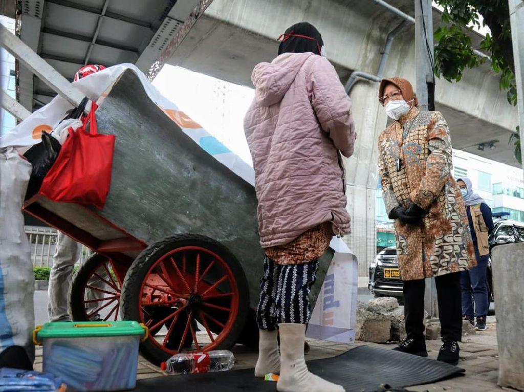 Risma Sempat ke Mampang Jaksel Kemarin, Bertemu Penjual Jas Hujan-Pemulung