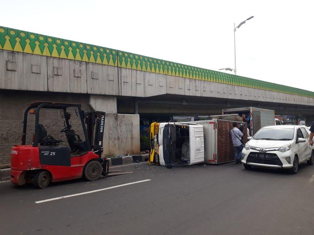 Mobil Boks Terguling di Jl Tendean Sudah Dievakuasi, Lalin Normal Lagi