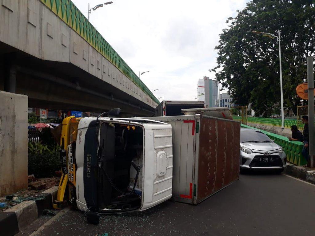Mobil Boks Terguling di Tendean Jaksel karena Hindari Pemotor