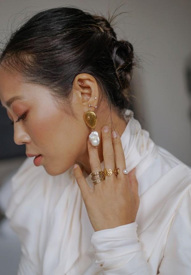 Kamu dapat dengan mudah mengambil pendekatan yang lebih modern dengan menumpuk mutiara di kalung, anting, cincin dan gelang yang berlimpah.
