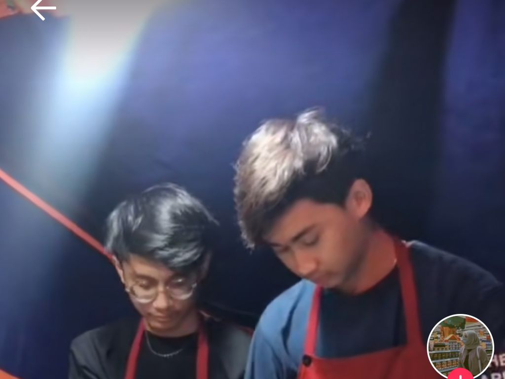 Penjual Pentol Ganteng Mirip Artis, Netizen : Jangan Sampai Kekeyi Lihat