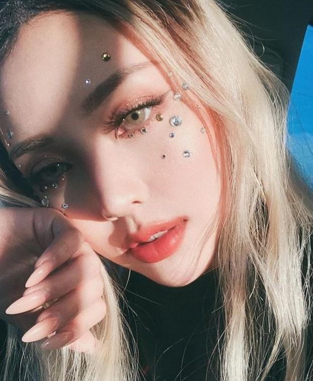 Letakkan di daerah mata sehingga membantu eye makeup semakain menonjol.