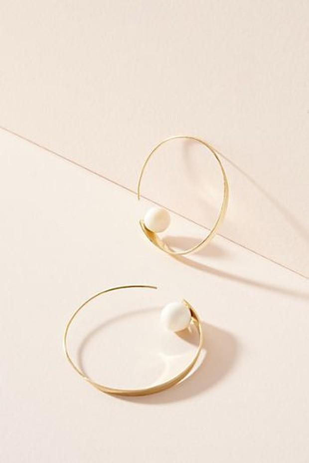 Bentuk lingkaran besar pada perhiasan secara resmi mengambil alih trend tahun ini.