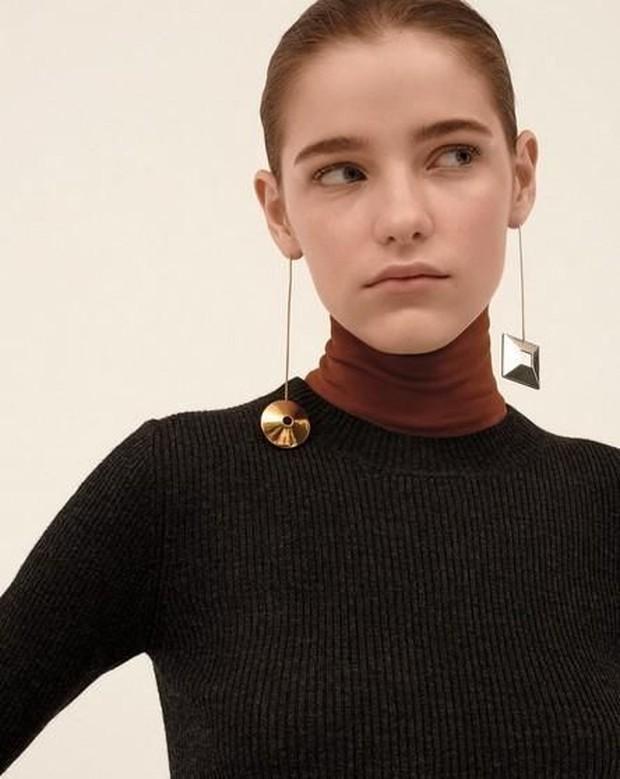 Cobalah untuk membuat tampilan baru dengan memakai mis matched earrings.