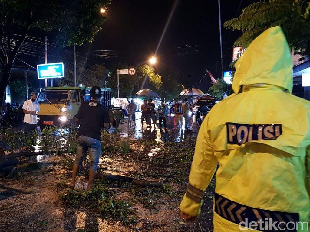 Pohon Tumbang Timpa 2 Bikers di Kota Mojokerto, Satu Tewas