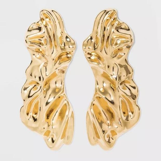 Beberapa brand, seperti Acne Studios, Jacquemus dan Chloé memberikan bayangan tren perhiasan, yaitu dengan tampilan logam bertekstur hampir cair sebagai aksesoris