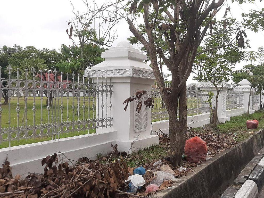 Makin Parah! Tumpukan Sampah Kini Berserakan di Dekat Rumdin Gubernur Riau