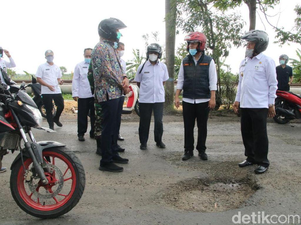 Naik Motor, Wagub Emil Rasakan Langsung Jalan Rusak Parah di Lamongan