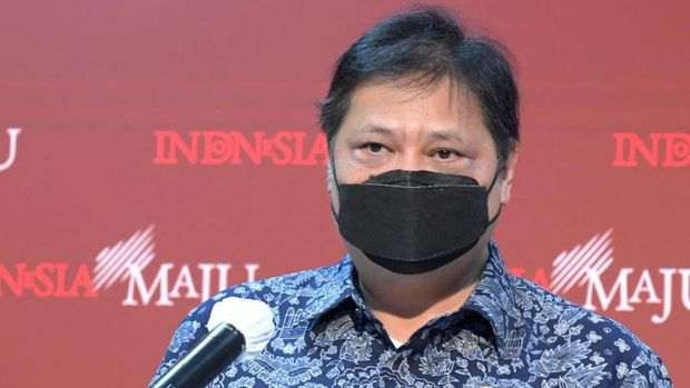Ketua Komite Penanganan Covid Airlangga Hartarto memberikan keterangan, Rabu (6/1).