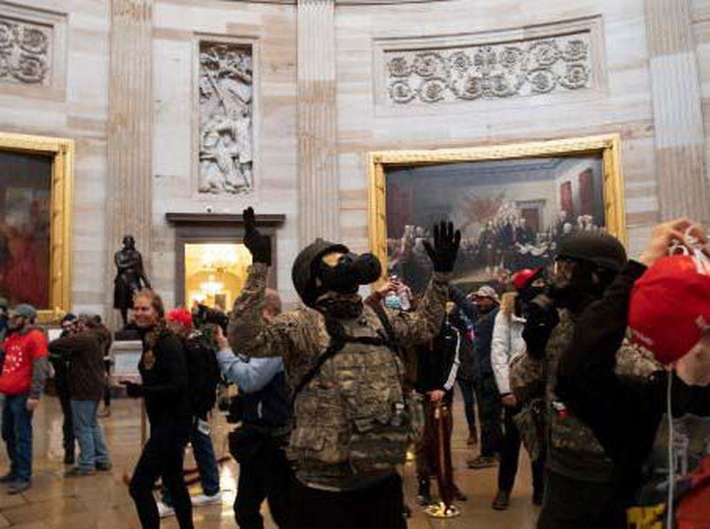 Diduga Terlibat Rusuh di Capitol, Dua Polisi AS Dinonaktifkan