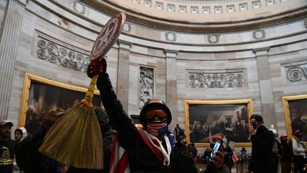 Aksi Selfie Pendukung Trump di Dalam Gedung Capitol