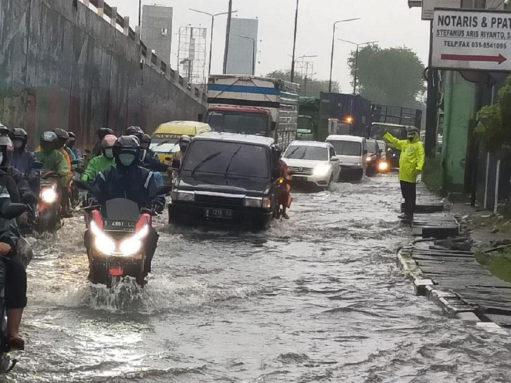 Hujan Deras 2 Jam Rendam Jalan Bawah Layang Waru, Motor dan Mobil Mogok
